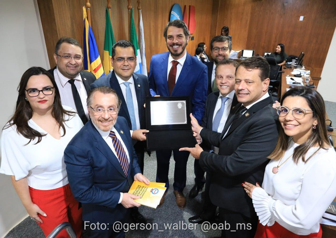 Professor Tiago Botelho, do curso de Direito da UFGD, recebendo o Selo OAB Recomenda